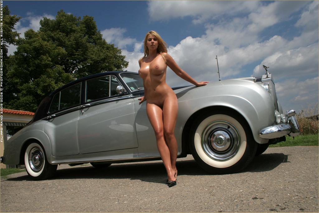 фото девушек голых возле машин